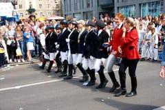 Studenter av skolor och hästridning på karnevalprocessionen i hedern av berömmen av stadsdagen royaltyfri bild