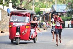 Studenter deltar i den lokala maraton i Sri Lanka Royaltyfri Fotografi