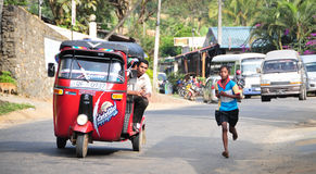 Studenter deltar i den lokala maraton i Sri Lanka Royaltyfria Bilder