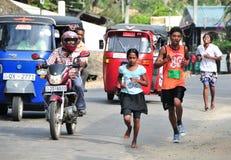 Studenter deltar i den lokala maraton i Sri Lanka Arkivfoton