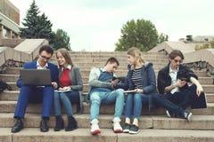 Studenter förbereder sig för grupper Arkivbilder