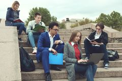 Studenter förbereder sig för grupper Royaltyfri Foto