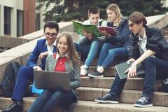 Studenter förbereder sig för grupper Royaltyfria Foton