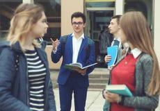 Studenter förbereder sig för grupper Royaltyfria Bilder