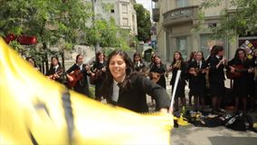 Studenter från Porto, Portugal allsång i Zagreb, Kroatien stock video