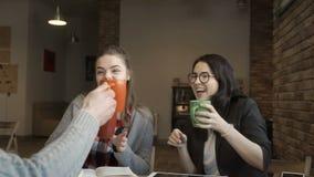 Studenter har ett kaffeavbrott arkivfilmer