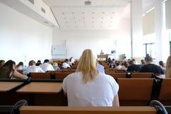 Studenter i en föreläsningsteater royaltyfri bild
