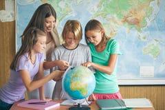Studenter i en geografikurs Royaltyfri Fotografi