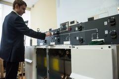 Studenter i gruppen av elektrisk utrustning Schneider Electric Royaltyfri Fotografi