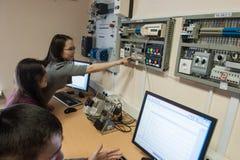 Studenter i gruppen av elektrisk utrustning Schneider Electric Arkivfoto