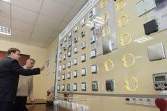 Studenter i gruppen av elektrisk utrustning Schneider Electric Arkivbilder