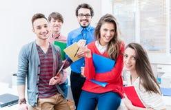 Studenter i högskola eller universitet som tillsammans lär Arkivbild
