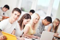 Studenter i klassrum Arkivbilder