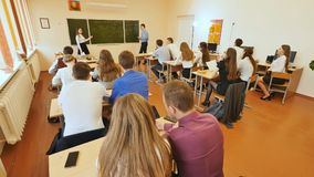 Studenter i klassrumet är på deras skrivbord Rysk skola royaltyfria foton