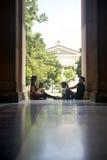 Studenter i universitet, grupp av unga män och kvinnasamtal Royaltyfria Foton