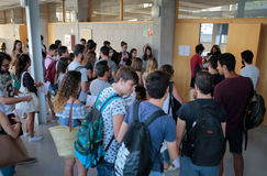 Studenter, innan att skriva in klassrumet för deras sista sommarexamen Arkivbild
