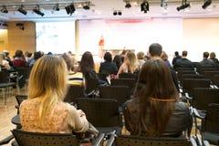 Studenter kvinna och folk som lyssnar på konferensen Se mer i min portfölj Arkivbild