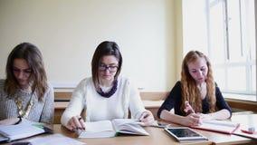 Studenter lär läsning lager videofilmer