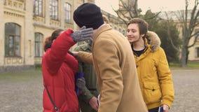 Studenter möter deras vän nära universitet lager videofilmer