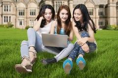 Studenter med bärbara datorn på schoolyarden Royaltyfria Bilder