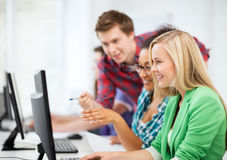 Studenter med datoren som studerar på skolan Royaltyfria Bilder