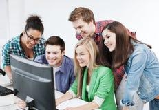 Studenter med datoren som studerar på skolan Arkivbild