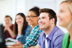 Studenter med datorer som studerar på skolan Arkivbild