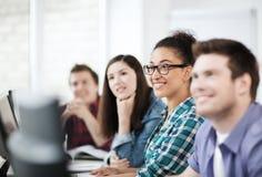 Studenter med datorer som studerar på skolan Arkivfoton