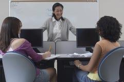 Studenter med läraren In Classroom royaltyfri foto
