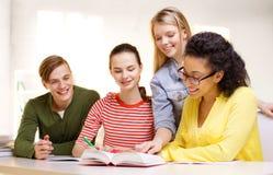 Studenter med läroböcker och böcker på skolan Royaltyfria Bilder