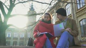 Studenter near universitetet arkivfilmer