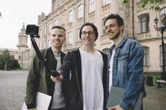 Studenter near universitetet arkivbilder