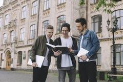 Studenter near universitetet fotografering för bildbyråer
