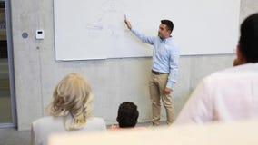 Studenter och lärare på det vita brädet på föreläsning lager videofilmer