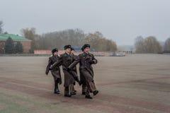 Studenter och soldater som marscherar och betalar hedersgåva royaltyfria bilder