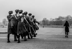 Studenter och soldater som marscherar och betalar hedersgåva royaltyfria foton