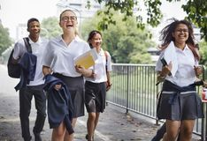Studenter på deras väghem från skola royaltyfri fotografi