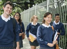 Studenter på deras väghem från skola royaltyfri bild