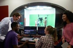 Studenter på massmediastudiekurs i TV som redigerar följet Royaltyfria Foton