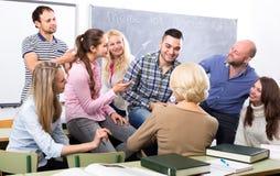 Studenter på språkkurser arkivfoto