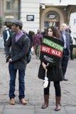 Studenter protesterar mot avgifter och snitt och skulden i centrala London royaltyfri bild