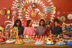 Studenter säljer bengali festivalmotiv för nytt år, maskeringen, maskot och härliga hantverk Arkivbilder
