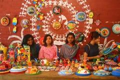 Studenter säljer bengali festivalmotiv för nytt år, maskeringen, maskot och härliga hantverk Royaltyfria Bilder