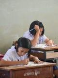 Studenter sitter i klassrumet Arkivbild