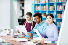 Studenter som arbetar i arkiv Arkivbild