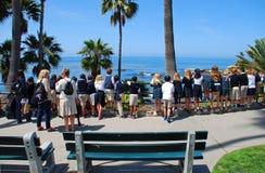 Studenter som beskådar havkustlinjen, Laguna Beach, Kalifornien Arkivbilder