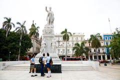 Studenter som beundrar Jose Martin, havannacigarr, Kuba Royaltyfri Fotografi