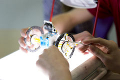 Studenter som bygger en robot royaltyfri bild