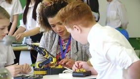 Studenter som bygger en robotic arm lager videofilmer