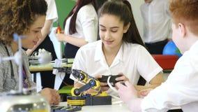 Studenter som bygger en robotic arm stock video